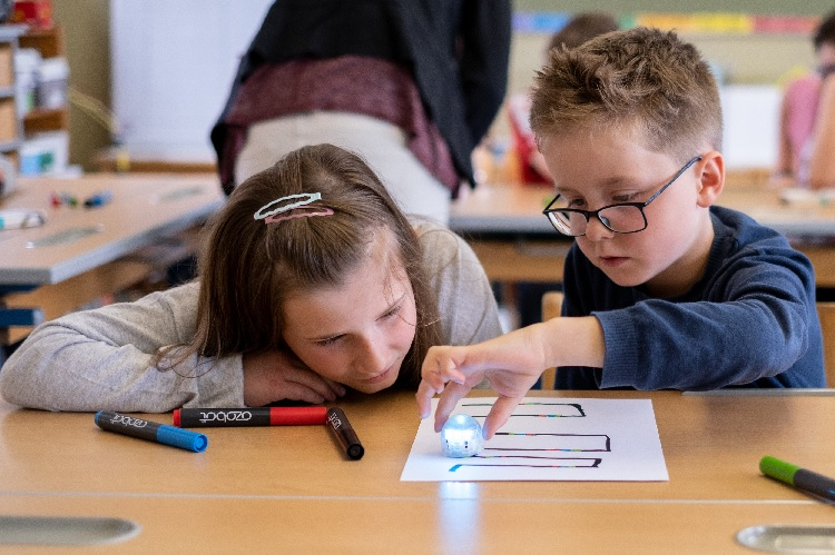 INTERREG project Computer Science Bags (Informatikkoffer) tests small learning robots on primary schools in the border region