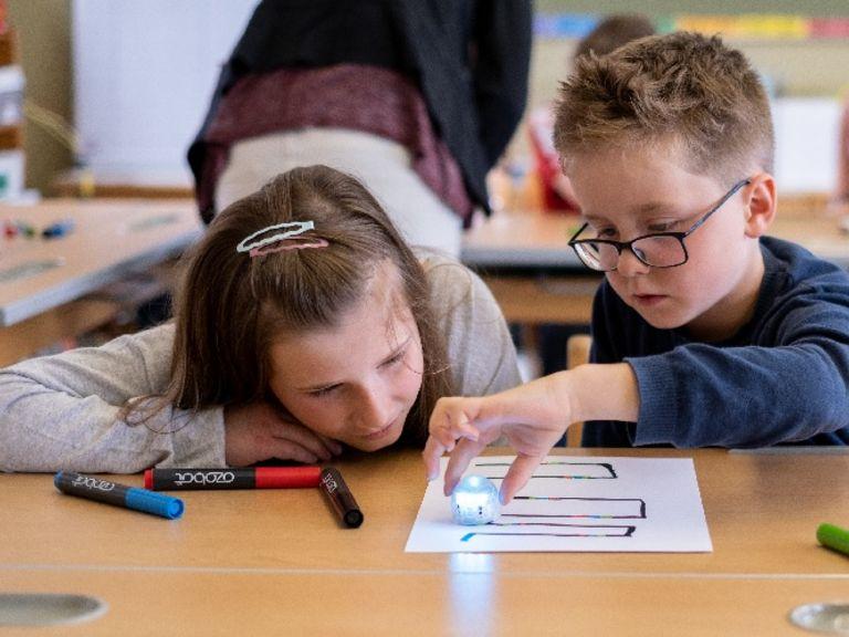 INTERREG-Projekt Informatikkoffer testet kleine Lernroboter an Grundschulen im Grenzgebiet